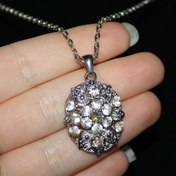 Stunning silver and rhinestone necklace nwot